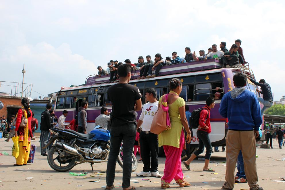 Kathmandu'dan ayrılan insanları taşıyan bir otobüs