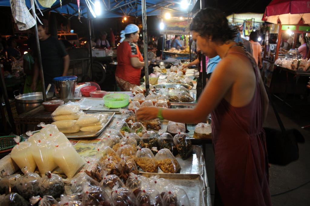 Ayutthaya gece pazarında bilmediğimiz bir sürü acayip yiyecek