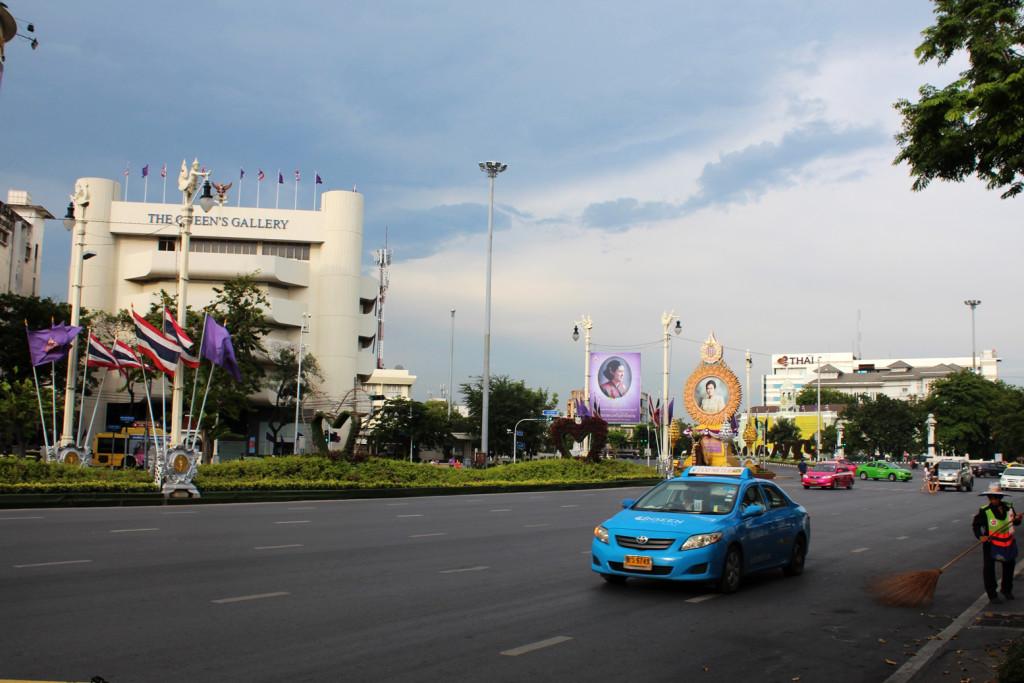 Bangkok'ta kral ve kraliçenin resimleri