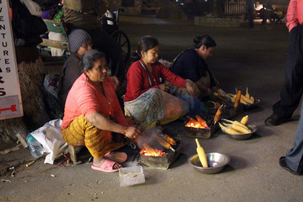 Darjeeling'te mısır satan kadnlar