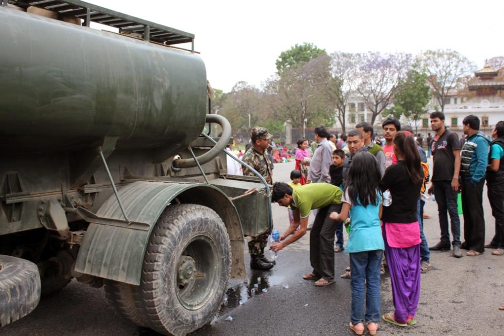 Parkta kalan insanlara su sağlanıyor