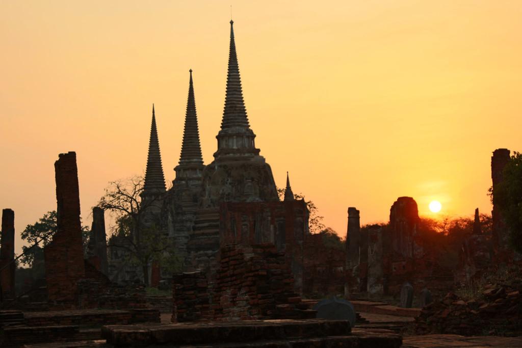 Gün batımında tapınak kalıntıları