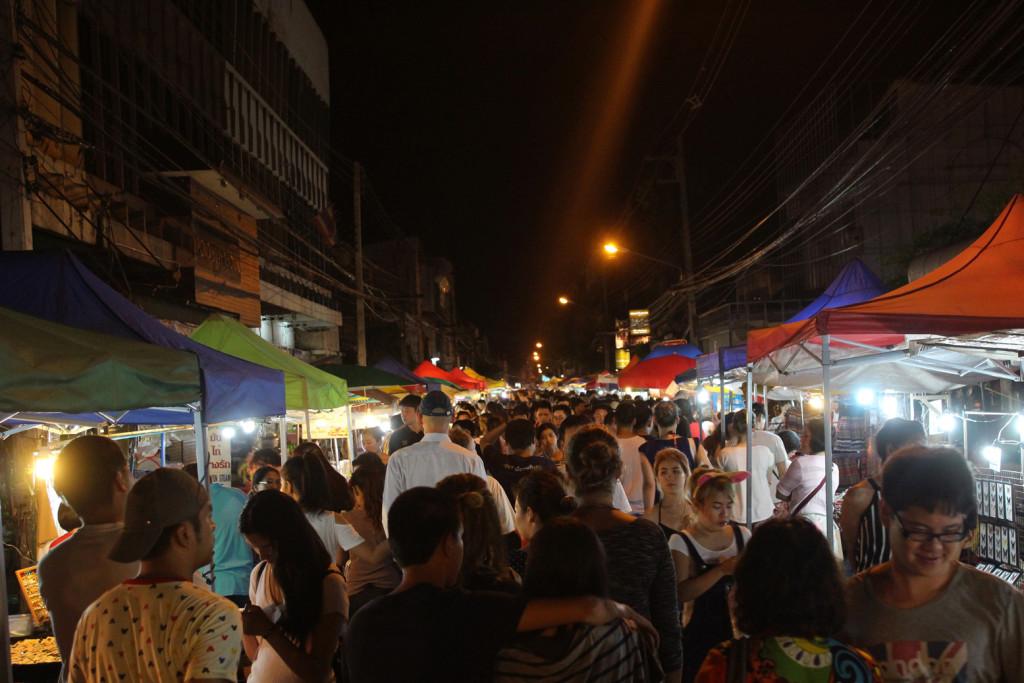 Wua Lai Caddesi'ndeki gece pazarı gece yarısına kadar kalabalık