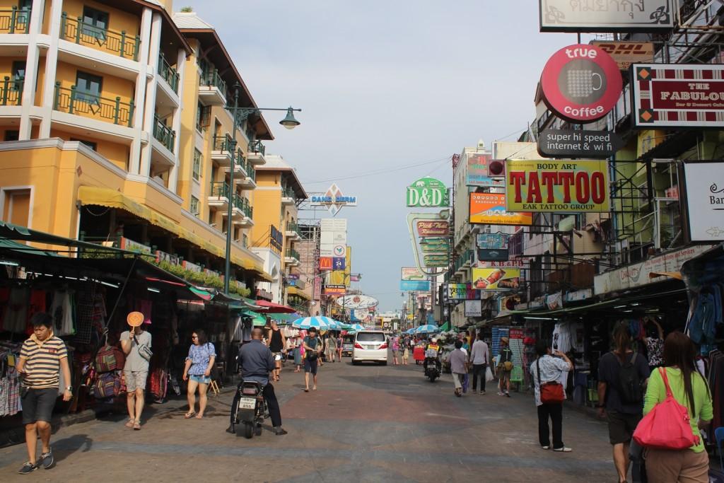 Farang (Yabancı) Sokağı olarak da bilinen çılgın partilerin mekanı; Khao San Caddesi